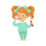 Piękna kreskówki rudzielec dziewczyna szczotkuje jej zęby w bławe piżamy, dzieciak stomatologicznej opieki wektoru ilustracja ilustracja wektor