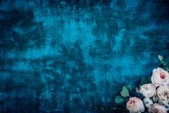Piękna kwiat rama z różami na błękitnym tle Zdjęcia Royalty Free