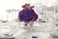 Piękna kwiatu bukieta dekoracja na ślubu stole obrazy stock