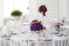 Piękna kwiatu bukieta dekoracja na ślubu stole fotografia stock