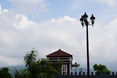 Piękna lanscape z domowym błękitnym obłocznym niebem zdjęcia stock