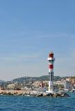 Piękna latarnia morska na kamiennym molu i pejzaż miejski przy plecy, port Marseille, Francja Zdjęcia Royalty Free