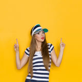 Piękna lato dziewczyna Wskazuje Up zdjęcie royalty free