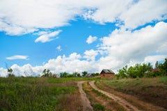 Piękna lato wiosny natura Saratov region Chmurny dzień ścieżka dom obraz royalty free