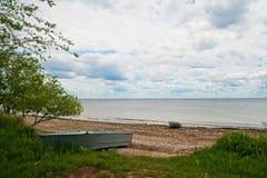 Piękna lato wiosny natura Saratov region Chmurny dzień na Volga rzece, Rosja stara łódź chania Greece brzegu fotografia stock