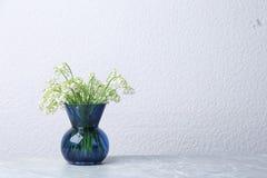 Piękna leluja dolina bukiet w wazie na stołowej pobliskiej biel ścianie fotografia royalty free