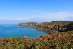 Piękna linia brzegowa Normandy z głębokim błękitnym morzem zdjęcie royalty free