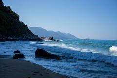 Piękna linia brzegowa w Corfu, Greece z stromą falezą obraz stock