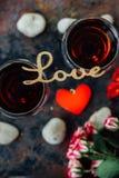 Piękna list miłość na szkłach wino Fotografia Royalty Free