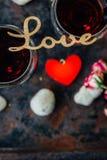 Piękna list miłość na szkłach wino Zdjęcie Royalty Free