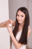 Piękna, ludzi, kosmetyków, skincare i zdrowie pojęcie, - szczęśliwa uśmiechnięta młoda kobieta stosuje śmietankę jej twarz Zdjęcia Royalty Free