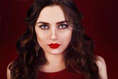 Piękna luksusowa kobieta z biżuterią, kolczyki Piękno i akcesoria Seksowna brunetki dziewczyna z dużymi czerwonymi wargami w czer Obraz Stock