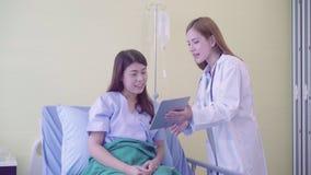 Piękna mądrze azjata lekarka, pacjent i zdjęcie wideo