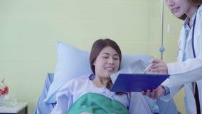 Piękna mądrze azjata lekarka, pacjent i podczas gdy zostający zbiory wideo