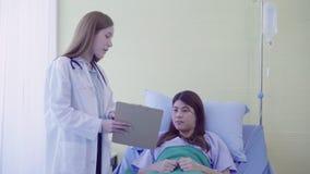 Piękna mądrze azjata lekarka, pacjent i podczas gdy zostający zdjęcie wideo