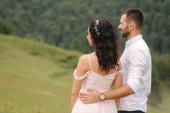 Piękna młoda ślub pary pozycja na zielonym skłonie, wzgórze Fornal i panna młoda w Karpackich górach obrazy royalty free
