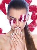 Piękna młoda żeńska twarz z jaskrawej mody stubarwnym makijażem Obrazy Stock