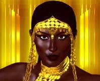 Piękna młoda Afrykańska kobieta jest ubranym złocistą biżuterię przeciw złocistemu abstrakcjonistycznemu tłu Unikalny cyfrowy szt Fotografia Royalty Free