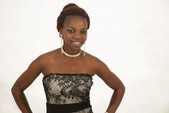 Piękna młoda afrykańska kobieta trzyma szkło czerwone wino Obraz Stock