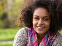 Piękna młoda amerykanin afrykańskiego pochodzenia kobieta ono uśmiecha się outdoors Obrazy Royalty Free