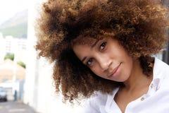 Piękna młoda amerykanin afrykańskiego pochodzenia kobieta z afro Obrazy Royalty Free