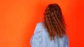 Piękna młoda atrakcyjna kobieta z kędzierzawego włosy plecy, wolny chodzenie zdjęcie wideo