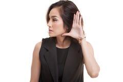 Piękna młoda Azjatycka kobieta słucha coś obraz stock