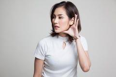 Piękna młoda Azjatycka kobieta słucha coś Zdjęcie Stock