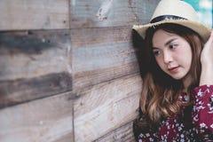 Piękna młoda azjatykcia dziewczyna szczęśliwego czas samotnie Obrazy Stock