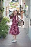 Piękna młoda azjatykcia dziewczyna szczęśliwego czas samotnie, rocznika brzmienie Fotografia Royalty Free