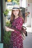Piękna młoda azjatykcia dziewczyna szczęśliwego czas samotnie, rocznika brzmienie Fotografia Stock