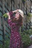 Piękna młoda azjatykcia dziewczyna szczęśliwego czas samotnie, rocznika brzmienie Obrazy Royalty Free