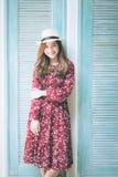 Piękna młoda azjatykcia dziewczyna szczęśliwego czas samotnie, rocznika brzmienie Zdjęcia Stock