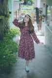 Piękna młoda azjatykcia dziewczyna szczęśliwego czas samotnie, rocznika brzmienie Obrazy Stock