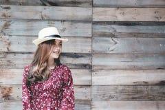 Piękna młoda azjatykcia dziewczyna szczęśliwego czas samotnie, rocznika brzmienie Zdjęcia Royalty Free