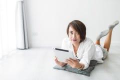 Piękna młoda azjatykcia kobieta jest ubranym białą koszula Fotografia Royalty Free