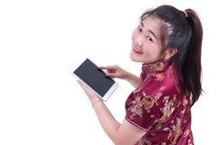 Piękna Młoda azjatykcia kobieta jest ubranym chińczyka smokingowego tradycyjnego cheongsam qipao lub Ręki trzyma laptop i używa Obraz Stock