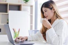 Piękna młoda azjatykcia kobieta pracuje z laptopem zdjęcia royalty free