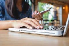 Piękna młoda azjatykcia kobieta używa smartphone i trzymający karciany dla robić zakupy online zapłatę Zakupy pojęcie z kopii prz Obrazy Stock