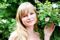 Piękna młoda blond kobieta Close-up portret Zdjęcia Stock