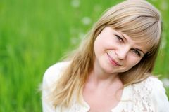 Piękna młoda blond kobieta Close-up portret Zdjęcia Royalty Free