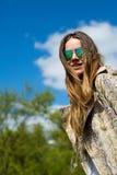 Piękna młoda blond kobieta outdoors cieszy się słońce w wiośnie, ciepły filtr stosuje wiatr w twój włosy zdjęcia stock