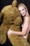 Piękna Młoda blondynka Z Ogromnym misiem Zdjęcie Stock