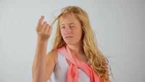Piękna młoda blondynki dziewczyna no jest sprawnie projektować jej długie włosy, upaćkanego uczesanie, zbiory