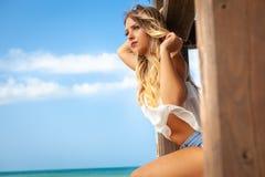 Piękna młoda blondynki dziewczyna przyglądająca nad morzem out obrazy stock