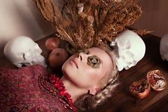 Piękna młoda blondynki dziewczyna w retro wnętrzu w pstrobarwnej turecczyzny sukni Obraz Stock