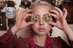 Piękna młoda blondynki dziewczyna w retro wnętrzu w pstrobarwnej turecczyzny sukni Zdjęcie Royalty Free