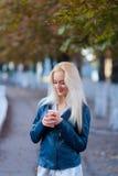 Piękna młoda blondynki dziewczyna z ładną twarzą pięknym ono uśmiecha się i ono przygląda się Portret kobieta z długie włosy i za Zdjęcia Stock
