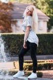 Piękna młoda blondynki dziewczyna z ładną twarzą pięknym ono uśmiecha się i ono przygląda się Portret kobieta z długie włosy i za Obraz Stock