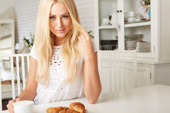 Piękna młoda blondynki kobieta cieszy się świeżego Fotografia Stock
